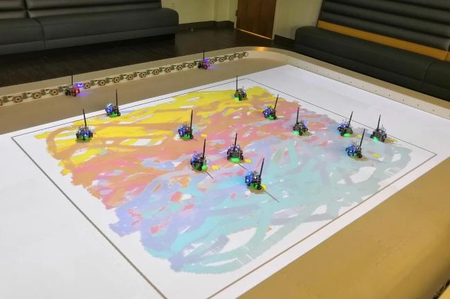 Рой маленьких роботов поможет художникам рисовать картины