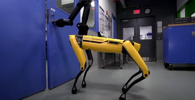 В следующем году Spot от Boston Dynamics получит руку и док-станцию для подзарядки