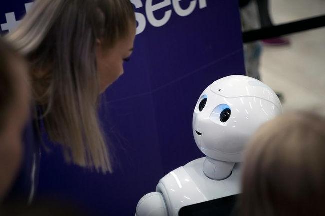 Исследование ученых показывает, что зрительный контакт с роботом может оказывать влияние на людей